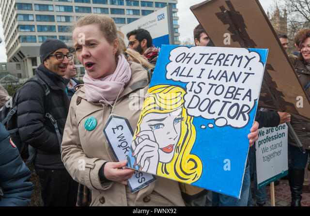 London, UK. 6th April, 2016. A woman holds a placard at the Junior Doctors' picket line on the southern end - Stock Image