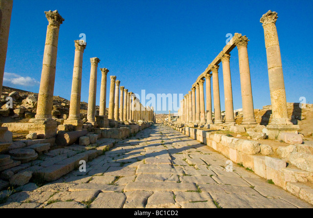 Cardo Maximus Columnade at the Roman Ruins of Jerash in Jordan - Stock Image