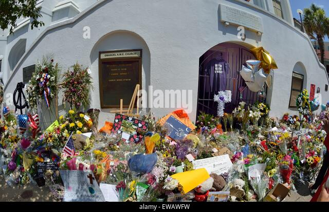 Mourners pay tribute outside Emanuel African Methodist Episcopal Church in Charleston, SC. - Stock Image