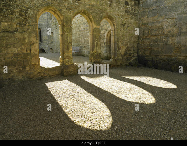 The three arches of the Screens Passage which connects the Great Hall to the Kitchen, Pantry and Buttery at Bodiam - Stock-Bilder