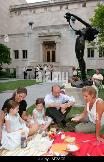 Ohio, Cincinnati, Art Museum, Jazz Picnic in the Courtyard, family, picnic, statue, musicians, girls eat, - Stock Image