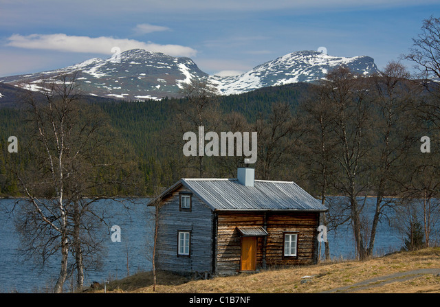 Log cabin along lake at Fatmomakke, Lapland, Sweden - Stock Image