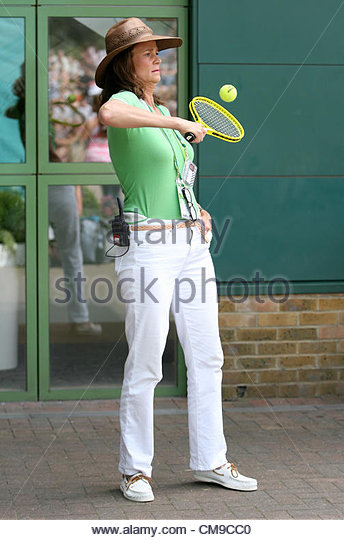 28/06/2012 - Wimbledon (Day 4) - Television (TV) commentator Pam Shriver plays with a small ball and racket - Photo: - Stock-Bilder