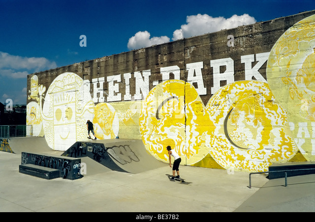Skate park, old concrete wall with graffiti, Rheinpark, new city district on the Rhine, Duisburg Hochfeld, North - Stock Image