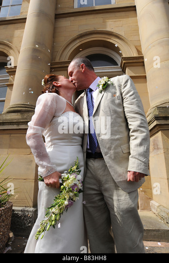 Newly wed couple kissing outside a registry office, North Yorkshire Model Released - Stock-Bilder