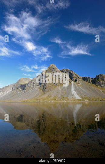 Vikurfjall Mountain reflected on water, from Hvalnes Nature Reserve, Iceland - Stock-Bilder