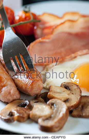 A freshly cooked breakfast of egg, bacon, sausage, tomatoes and black pudding at Alton Albany Farm B&B - Stock-Bilder