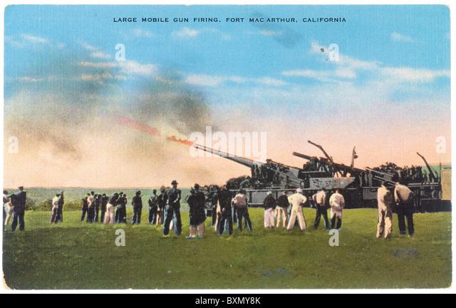 Postcard of large mobile gun firing at Fort Mac Arthur, California - Stock Image