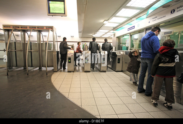 how to buy metro tickets in paris france