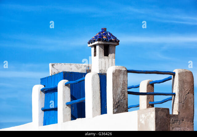Blue and white rooftop of a house in Essaouira. - Stock Image
