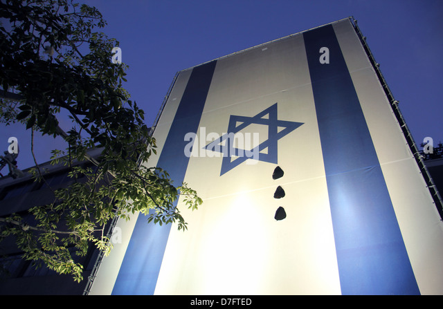 The Israeli flag portrayed with artistic tear-drops during the Tent Protest Movement Demanding Social Justice - Stock-Bilder