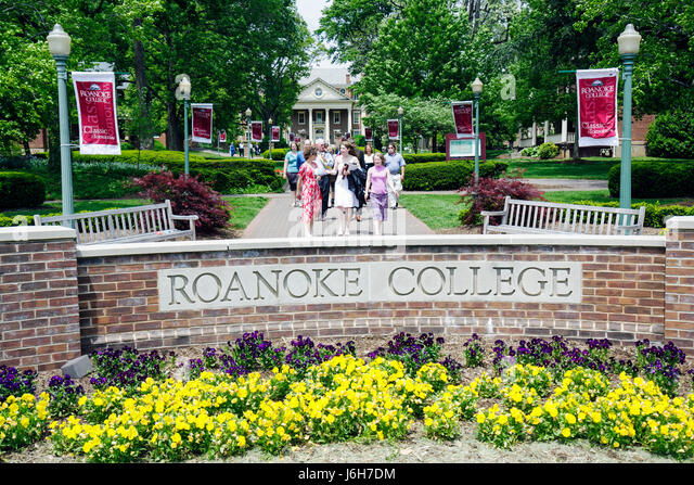 Virginia Salem Roanoke College entrance higher education graduation day family - Stock Image