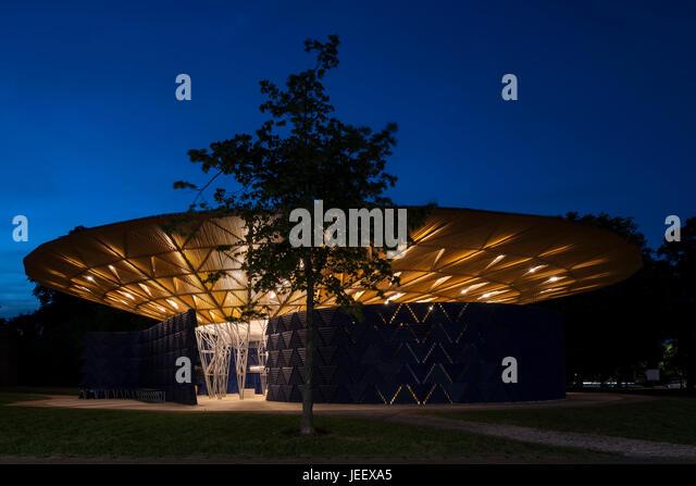 Night time view with tree. Serpentine Summer Pavilion 2017, London, United Kingdom. Architect: Diebedo Francis Kéré, - Stock-Bilder