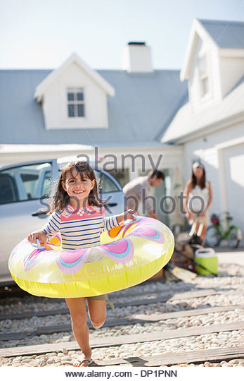 Family unpacking car in driveway - Stock Image