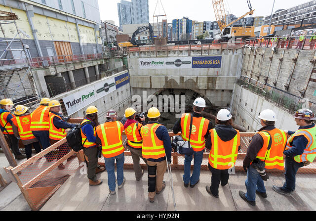 Seattle, Washington, USA. 4th Apr, 2017. Workers, media and guests gathered at the disassembly pit to view the arrival - Stock-Bilder