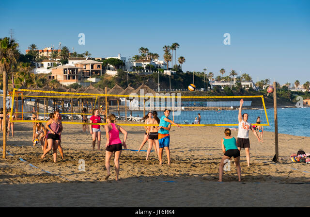 Playing volleyball at the beach, La Cala de Mijas. Costa del Sol, Málaga province. Andalusia, Southern Spain - Stock Image