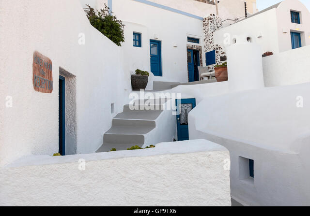 A maze of traditional white coloured homes on the Island of Santorini in the Greek islands. - Stock Image