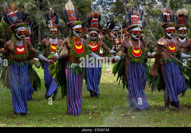 Tribesmen from Kora West Dancing at Mt. Hagen Sing Sing - Stock Image