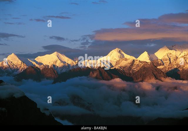 India, Uttarakhand State, Himalayas, sunrise on Chaukhamba Mountains - Stock-Bilder
