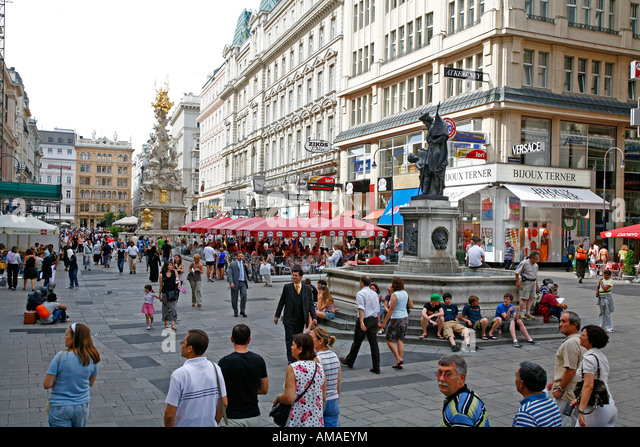 Aug 2008 - People at Graben pedestrian street Vienna Austria - Stock Image