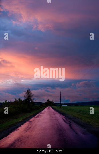 Road runs into sunset, farm country, Mohawk Valley, Herkimer County, New York State - Stock-Bilder