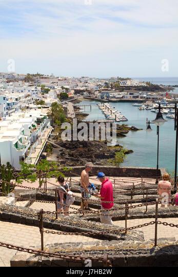 Lanzarote tourists walking in Puerto del Carmen, east coast, Lanzarote, Canary Islands - Stock-Bilder