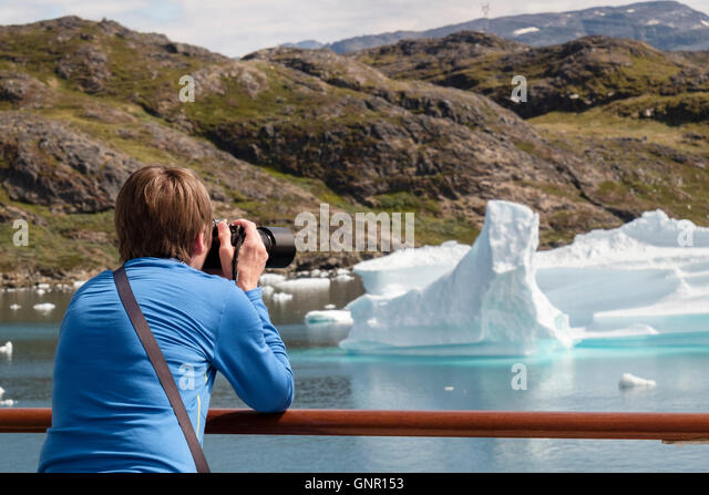 Alamy travel photographer photographing icebergs from cruise boat deck in Tunulliarfik fjord in summer. Narsaq South - Stock-Bilder