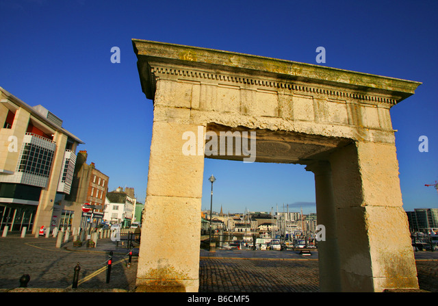 The archway of the Mayflower Steps on the Barbican in Plymouth, Devon. - Stock-Bilder