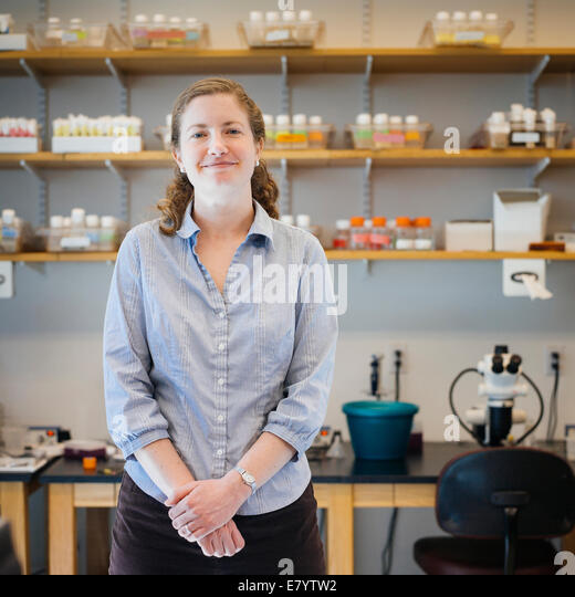Mid-adult woman in laboratory - Stock Image