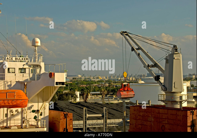 Tampa Florida, Port of Tampa unloading cargo ship at dock - Stock Image