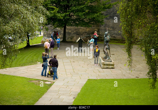 Families gather for photographs at the statue of Robin Hood, Nottingham, England. - Stock Image