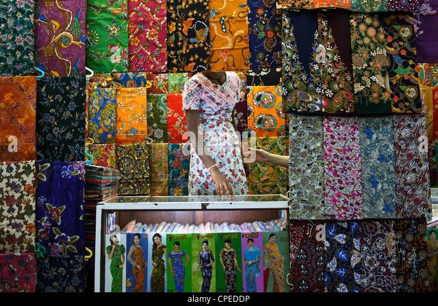 A colorful fabric store at Bogyoke Aung San Market, Yangon (Rangoon), Myanmar (Burma). - Stock-Bilder