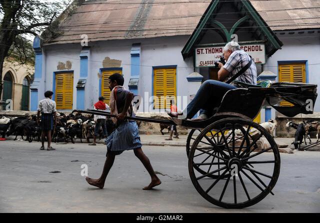 INDIA Westbengal, Kolkata, rickshaw kuli and tourist with camera / INDIEN, Westbengalen, Kolkata, Rikscha Kuli und - Stock-Bilder