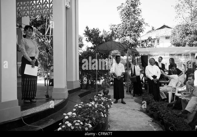 Aung San Suu Kyi at a press conference at her home in Rangoon - Stock-Bilder