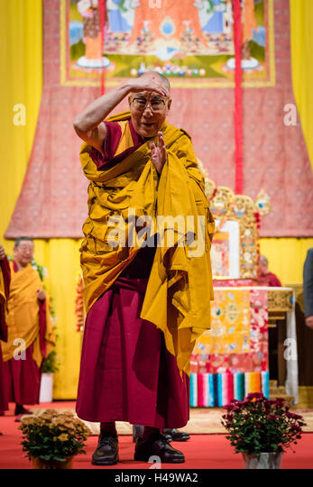 Zurich, Switzerland. 14th Oct, 2016. His Holiness the 14th Dalai Lama takes a look at the audience during a Buddhist - Stock Image