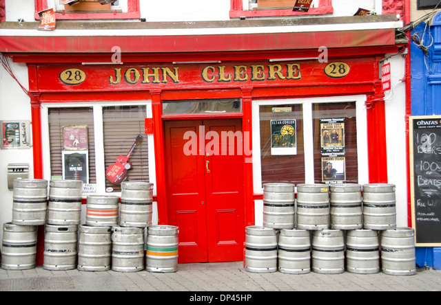 Colorful red Irish pub with beer barrels outside, Parliamentr Street, Kilkenny City, Ireland - Stock Image