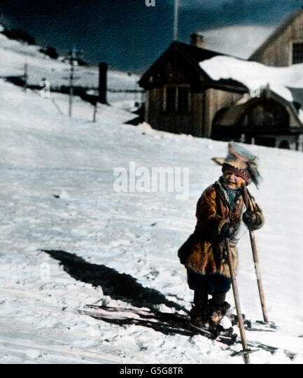Kleiner Skifahrer. A little boy skiing. child, boy, fun, funny, snow, winter, ice, ski, skiing, array, tracks, houses, - Stock Image