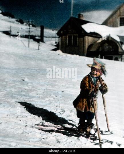 Kleiner Skifahrer. A little boy skiing. child, boy, fun, funny, snow, winter, ice, ski, skiing, array, tracks, houses, - Stock Image