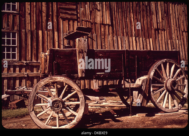 A RESTORED WOODEN WAGON IN BODIE STATE HISTORICAL PARK BODIE IS ONE OF THE MOST WELL-PRESERVED GHOST TOWNS IN THE - Stock Image