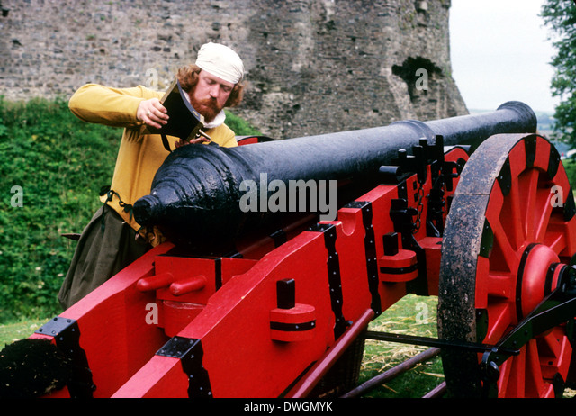 English Gunner loading cannon, Tudor Period 16th century, historical re-enactment weapons weaponry artillery - Stock Image