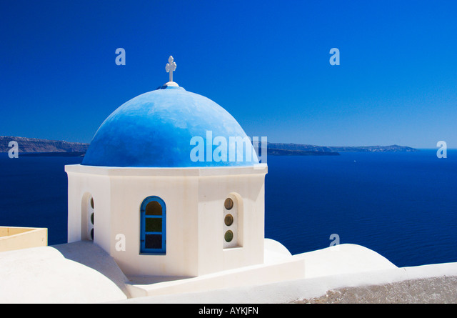 Typical blue domed churches on the caldera slopes of Oia on the Greek Island of Santorini Greece - Stock-Bilder
