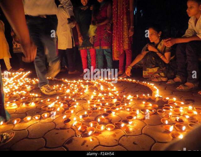 People from India light up traditional earthen lamps on the occassion of Diwali festival celebrations. - Stock-Bilder