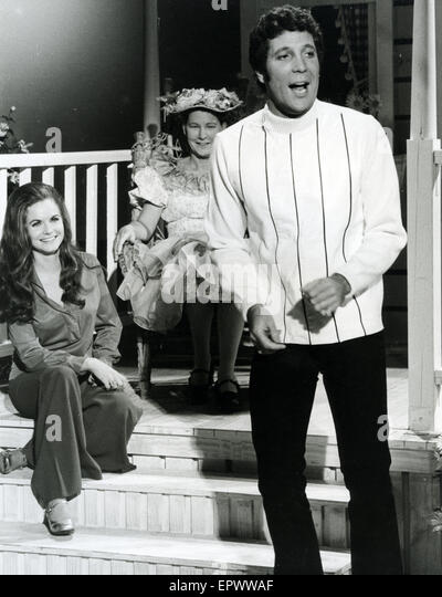 TOM JONES Welsh pop singer on his US TV show  about 1969 with Emmy Lou Harris at left and Minnie Pearl - Stock-Bilder
