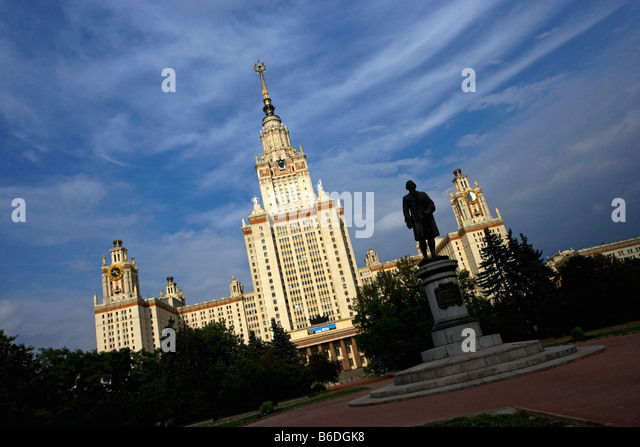Russia, Moscow, Moscow State University and statue of founder, Lomonosovsky - Stock-Bilder