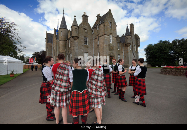 Scottish country dancers assemble in front of the RHASS headquarters at the Royal Highland Show, Ingliston, Edinburgh - Stock Image