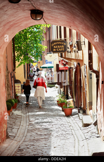 Stockholm, Sweden, Gamla stan (gamlastan), old town. People walking by the Jerusalem cafe in an old town alley. - Stock Image