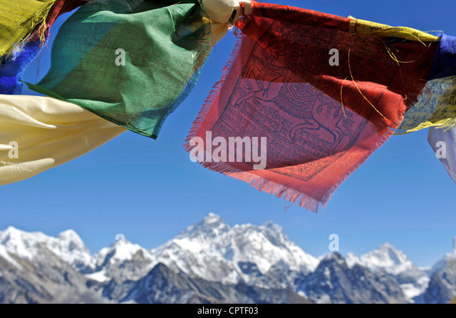 Tibetan prayer flags with views of the Everest massif from Renjo La, Nepal - Stock-Bilder