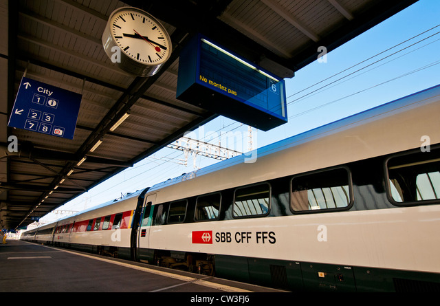 Swiss intercity Tilting train at main railway station in Geneva, Switzerland - Stock-Bilder