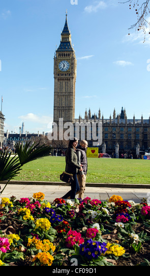 Couple walking by the Big Ben in London England Great Britain UK - Stock Image