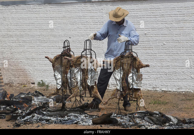 Man preparing barbecue mutton Fogo de Chao - Stock Image